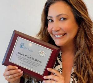 El Cuerpo de Bomberos junto con el Ayuntamiento de Marbella otorgan a María Bravo este premio como reconocimiento a su incansable labor frente a Global Gift Foundation